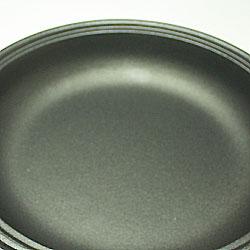 IH非対応 土鍋風アルミタジン鍋は、フッ素加工を施してあるので、焦げ付きにくくお手入れラクチンです。