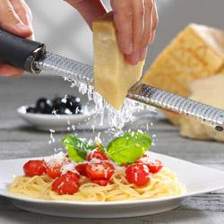 マイクロプレイン ゼスターグレーター(万能おろし金)ブラックで ふわっふわっ♪のチーズ