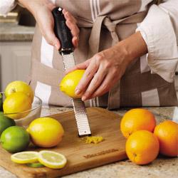 マイクロプレイン ゼスターグレーター(万能おろし金)ブラックで おろした柑橘類の皮は最高の香り
