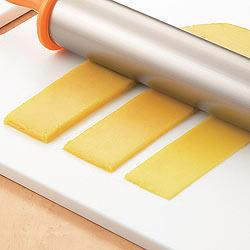 厚さ調整ダイヤルつき アルミローリングめん棒をつかえば、ダレでも簡単にお好みの厚さに伸ばせます!
