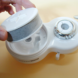 高性能薄型浄水器 クリピーレフィノのカートリッジ取替え方法。