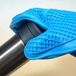 シリコーン・グリッド鍋つかみの表面加工は滑り止め効果。