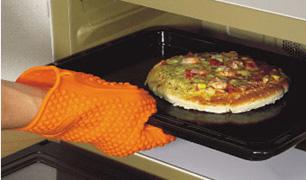 耐熱シリコン製・五本指クッキンググローブさえあれば、熱い鍋なんてこわくありません。