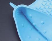 耐熱シリコン製・五本指クッキンググローブは両手どちらにも装着可能。凹凸加工のおかげで滑りません。