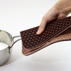 シリコン製グリッド鍋敷き (チョコブラウン/ベージュ)は、ミトン代わりにもできます。