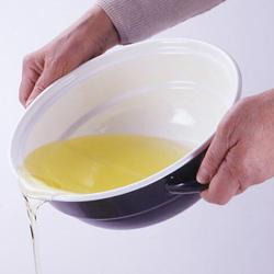 ホーロー天ぷら鍋(温度計付き)の内部の段が油量の目安。