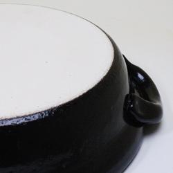 萬古焼蒸し土鍋・タジン10号(4〜5人用)の裏面は普通の土鍋と同じくザラザラした質感。