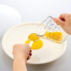 レンジでうすやきたまごに、溶き卵大さじ3杯をトレーの真ん中に入れます。