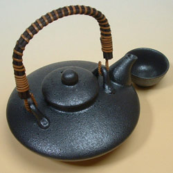 黒じょかとおちょこ(2盃)セットは伝統的な酒器。