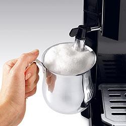 デロンギ エスプレッソ&ドリップコーヒーメーカーの新型ミルクスチームノズルならツヤのある泡が!取り外し洗浄OK!