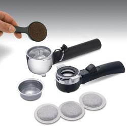 デロンギ エスプレッソ&ドリップコーヒーメーカーには、カフェポッドとパウダー用、2種類のホルダーが付属しています。