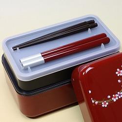 【日本製】和風 2段 お弁当箱・箸&ベルト付き(桜&市松・黒)は付属にお箸がついています。