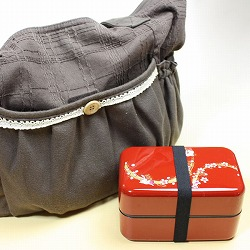 【日本製】和風 2段 お弁当箱・箸&ベルト付き(桜&市松・黒)は、持ち運びにもオシャレなデザインです。