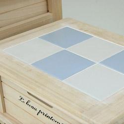 桐製・収納3段ボックス(チェスト)のタイルもオシャレな色合いです。