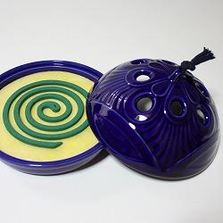 【日本製】お盆付き蚊遣り(蚊取り線香入れ)瑠璃の中に、蚊取り線香をセットします。