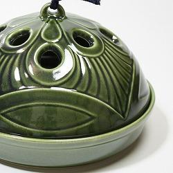 【日本製】お盆付き蚊遣り(蚊取り線香入れ)織部は、蓋の穴から煙がでていきます。